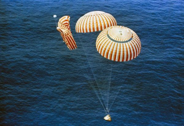 800px-apollo_15_descends_to_splashdown.jpg